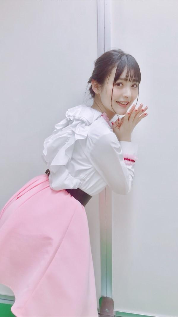 而她自己身穿粉色小短裙显得更加俏皮可爱,公布的几组照片将她的少女
